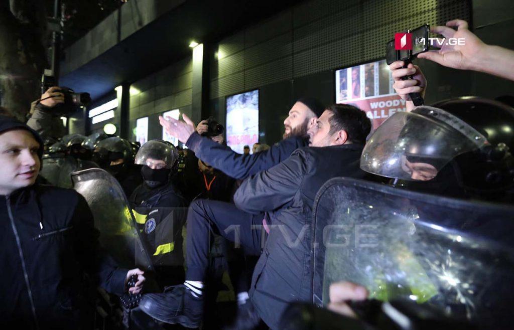 """კინოთეატრ """"ამირანში"""" მაყურებელი პოლიციის დახმარებით შედის [ფოტო]"""