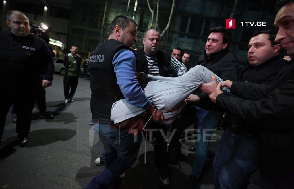 """კინოთეატრ """"ამირანთან"""" პოლიცია გზის სავალი ნაწილის გათავისუფლებას ცდილობს [ფოტო]"""