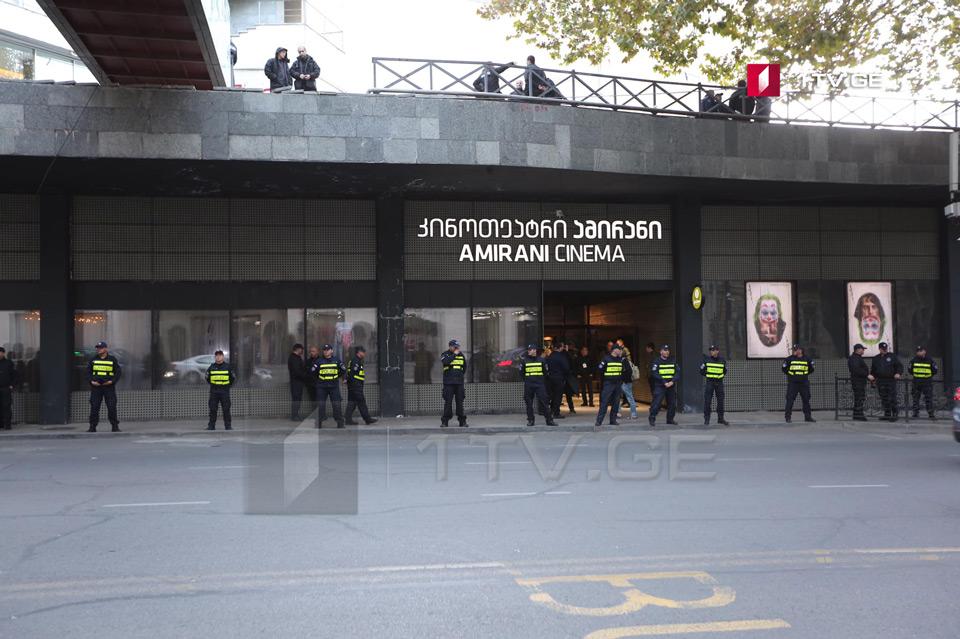 """""""Amirani"""" kinoteatrı qarşısında polis səfərbər olunub"""