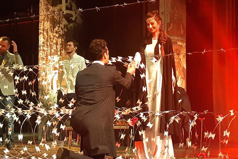 """პიკის საათი - """"ფარდის მიღმა""""- პრემიერა მოზარდმაყურებელთა თეატრში"""