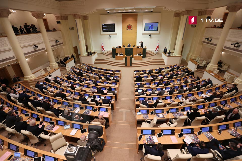 Парламент на пленарной сессии начинает обсуждение конституционных изменений о переходе на пропорциональную избирательную систему