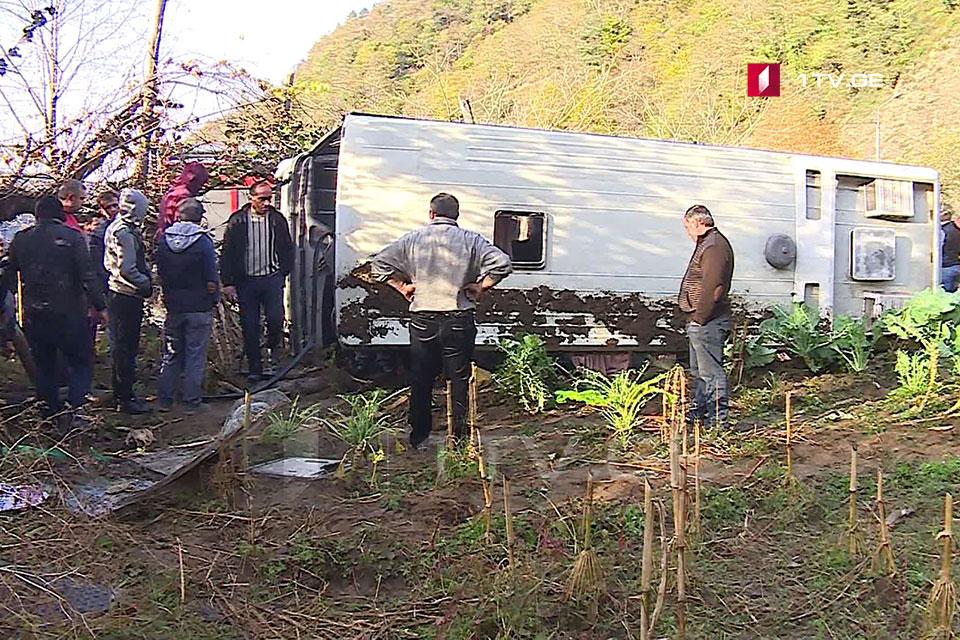 ქედაში ავტობუსი გადატრიალდა - დაშავდა 15 ადამიანი