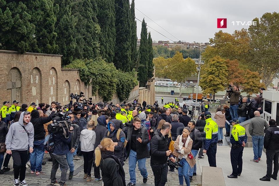 «Վրացական երազանք»-ի կենտրոնական գրասենյակում խորհրդարանական մեծամասնության նիստն ընթանում է բողոքի ցույցի ֆոնին