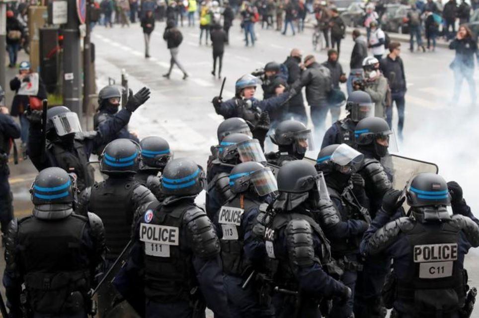 """პარიზში """"ყვითელჟილეტიანების"""" დემონსტრაციაზე სამართალდამცველებმა აქტივისტების წინააღმდეგ ცრელმსადენი აირი გამოიყენეს"""