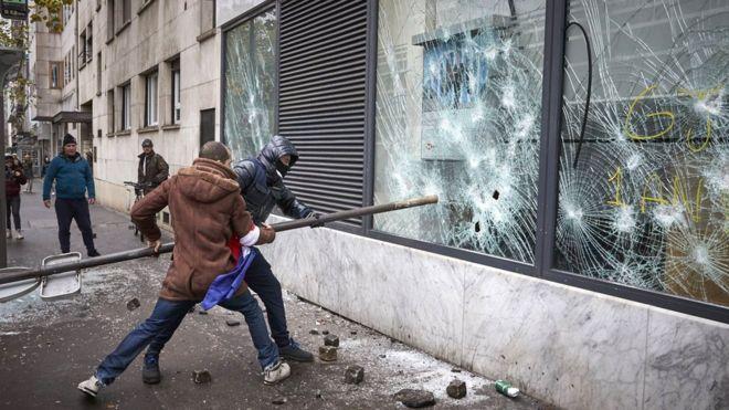 საფრანგეთში ყვითელჟილეტიანთა აქციების წლისთავზე მონაწილეებსა და პოლიციას შორის შეტაკება მოხდა