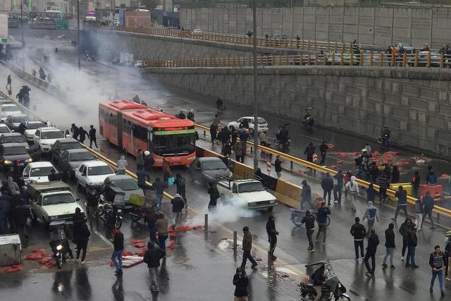 İranda yanacağın qiymətinin bahalaşmasına görə başlanan etiraz aksiyasında toqquşma baş verdi
