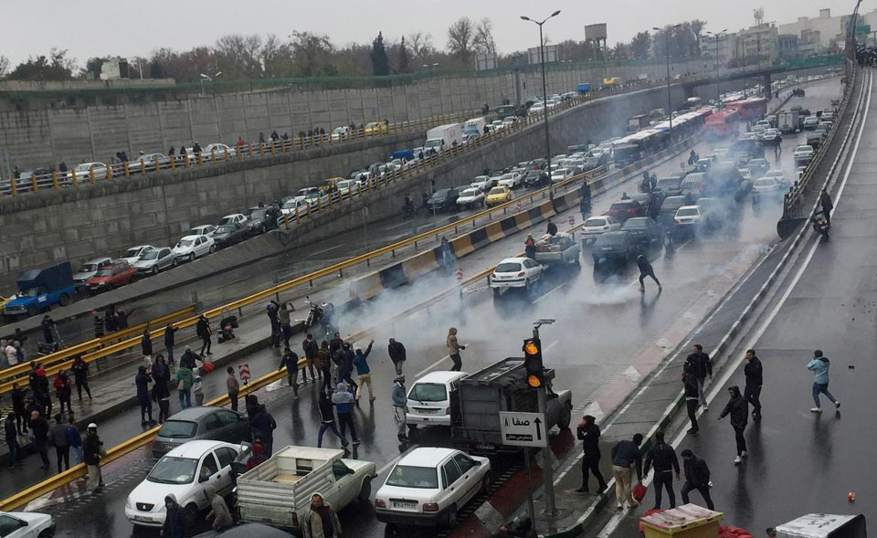 ირანული მედიის ინფორმაციით, ქალაქ ქერმანშაჰშიაქციის მონაწილეებმა პოლიციის ოფიცერი მოკლეს