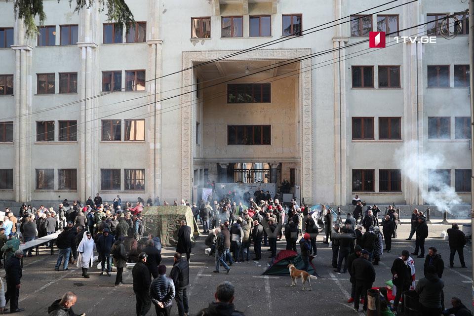 Здание парламента Грузии заблокировано (фото)