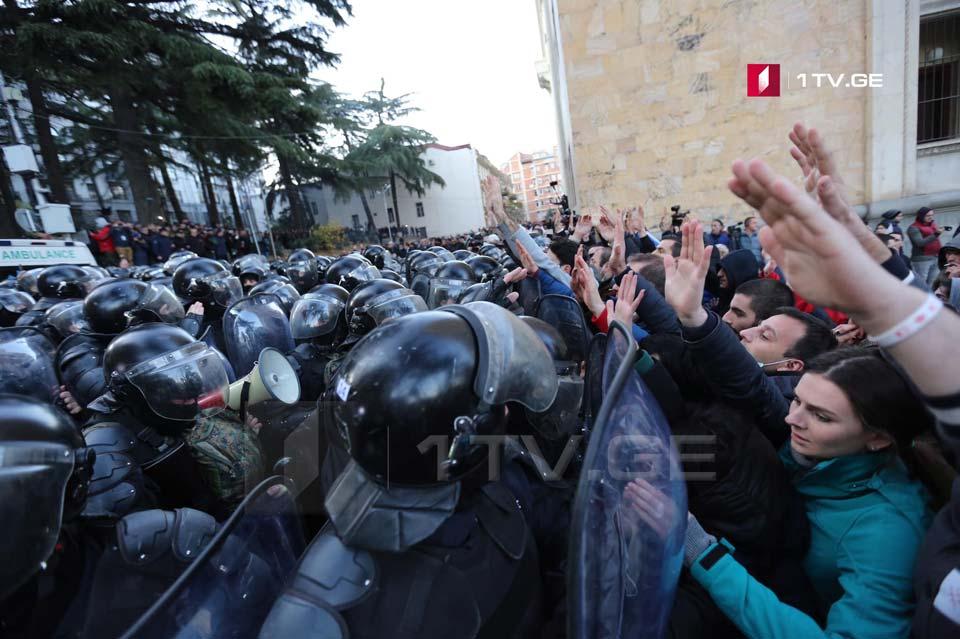 Спецназ начал оттеснять участников акции с проезжей части (фото)