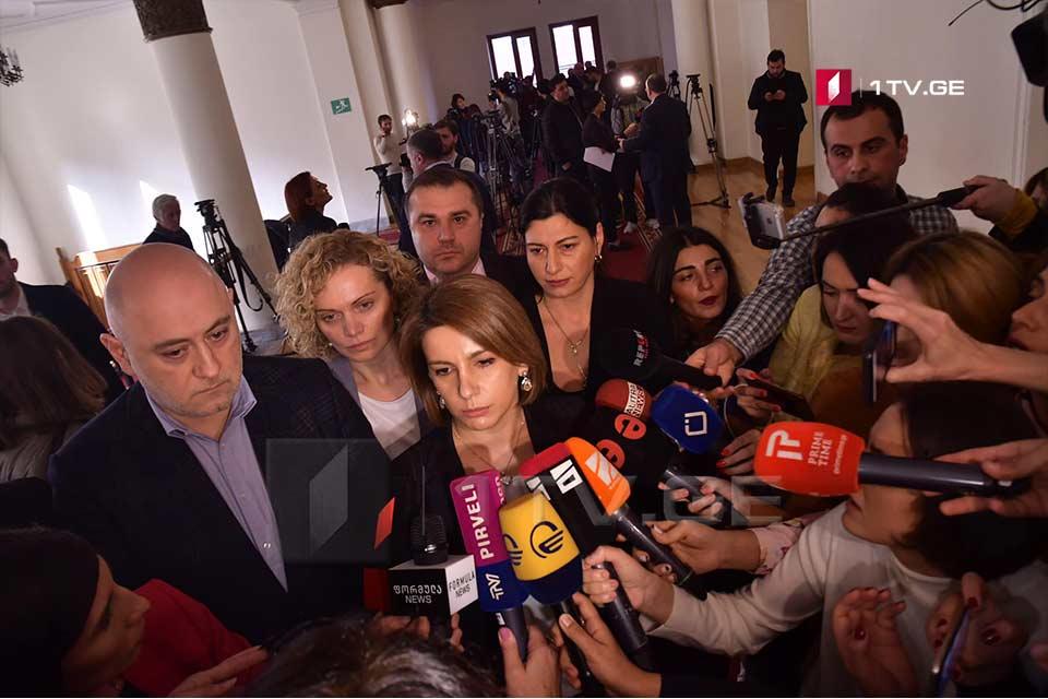 Покинувшие большинство депутаты официально обратились к бюро об уходе с парламентских должностей