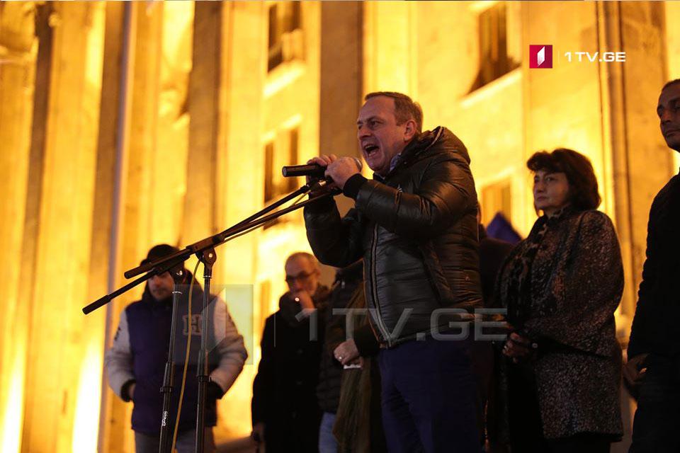 Ընդդիմությունը և նրանց կողմնակիցները նոյեմբերի 25-ին նախատեսում են անցկացնել բողոքի ցույց, իսկ նոյեմբերի 26-ին՝ փակել խորհրդարանի շենքի մուտքերը