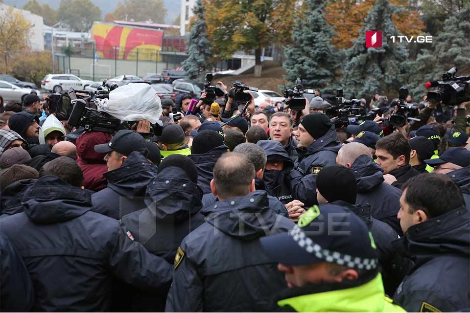 Представители оппозиции пытаются повесить замок на здание администрации правительства