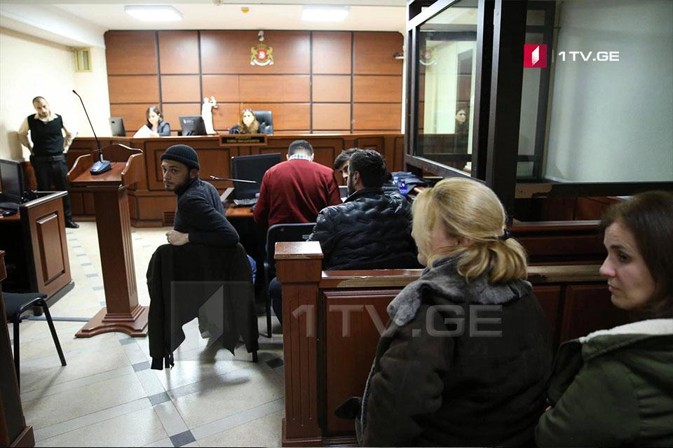 """სასამართლოში """"ქართული ოცნების"""" ოფისთან დაკავებული პირების პროცესი მიმდინარეობს"""