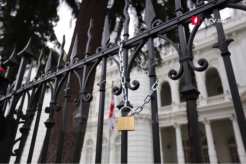 Активисты молодежного движения «Габеде» повесили замок на ограду президентской резиденции