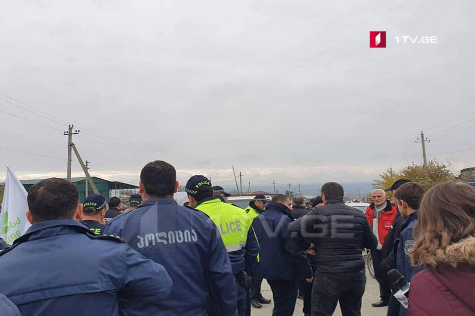 """Bodbisxevi bazarı yaxınlğında Aleko Elisaşviliyə """"Gürcü Arzusu"""" fəalları və Sakrebulo deputatları qarşı çıxdılar"""