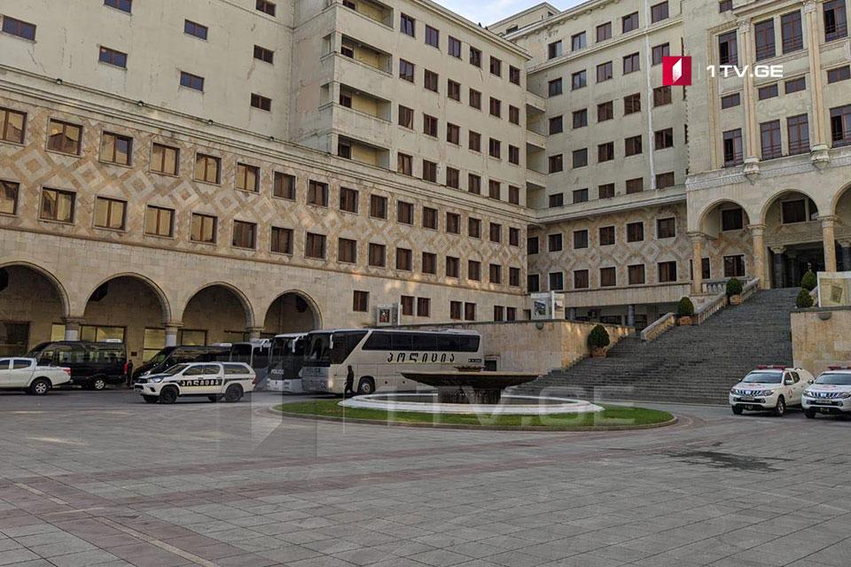 Во внутреннем дворе парламента мобилизованы правоохранители