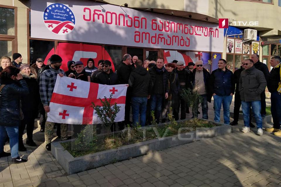 Սամեգրելոյից «ազգային շարժման» ակտիվիստները շարժվել են դեպի Թբիլիսի, խորհրդարանի մոտ ցույցին մասնակցելու համար