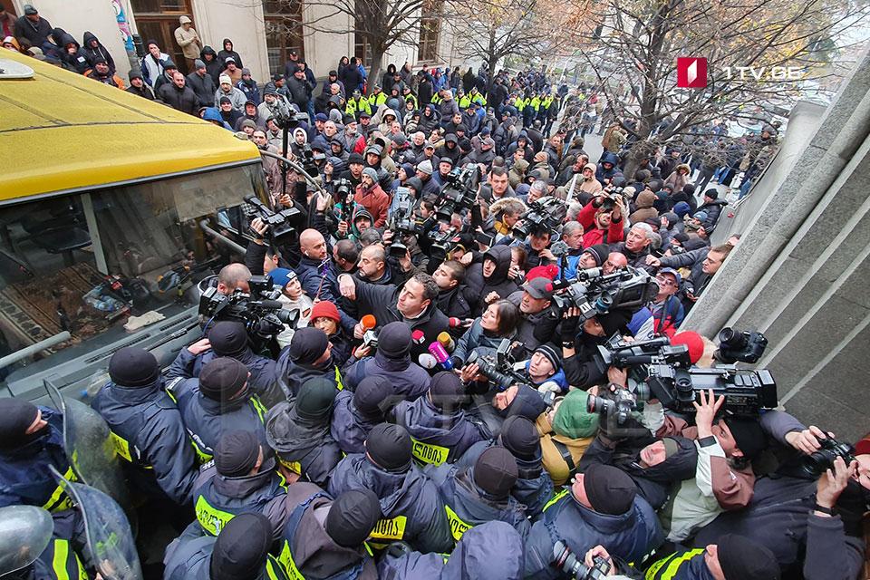 Aksiya iştirakçıları və müxalifətin liderləri polisdən tələb edirlər ki, Parlamentin girişinə yaxınlaşmağa imkan versinlər