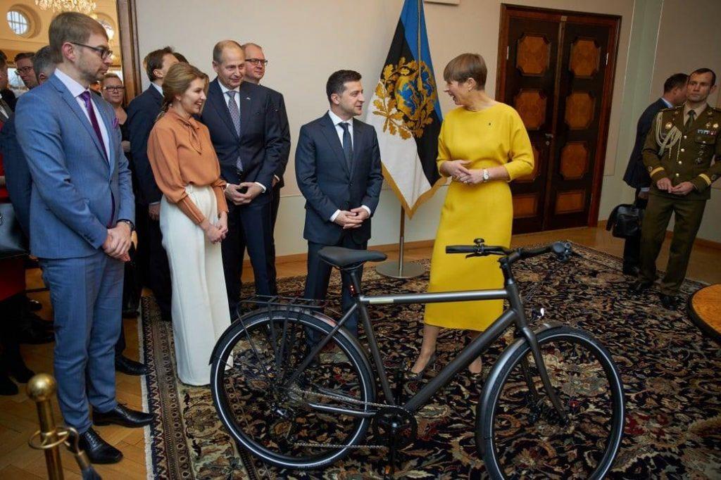 ესტონეთის პრეზიდენტმა ვლადიმირ ზელენსკის ელექტროველოსიპედი აჩუქა