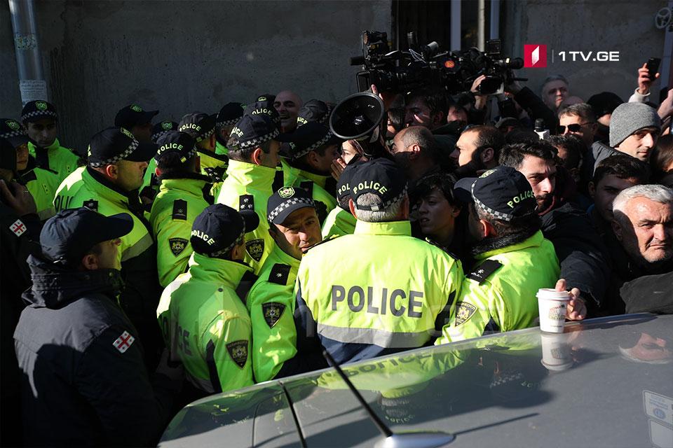 პოლიციას ეროვნული ბიბლიოთეკის შესასვლელი ბლოკირებული აქვს