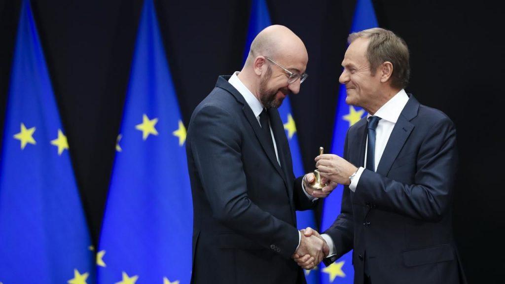 დონალდ ტუსკმა ევროპული საბჭოს ახალ პრეზიდენტს ოქროს ზარი გადასცა