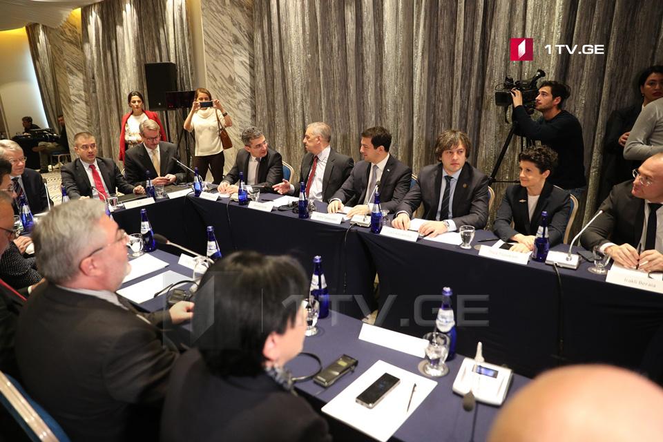 Представители власти и оппозиции проведут сегодня еще одну встречу с участием иностранных дипломатов