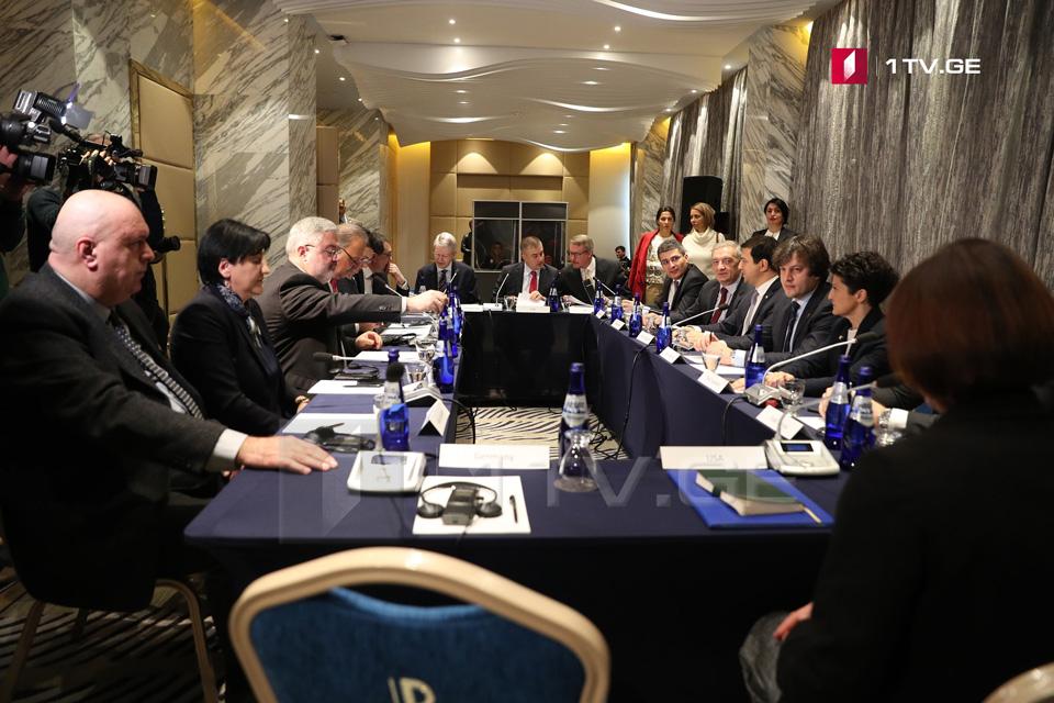 Представителиправящейкоманды и оппозиции проведут очередную встречу с участием иностранных дипломатов