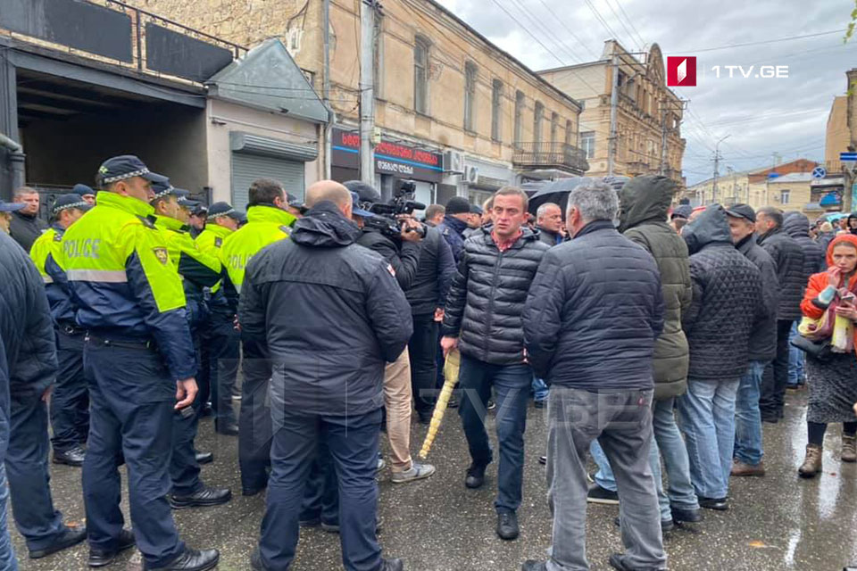 Supporters of GD party threw eggs and brooms to UNM office in Kutaisi