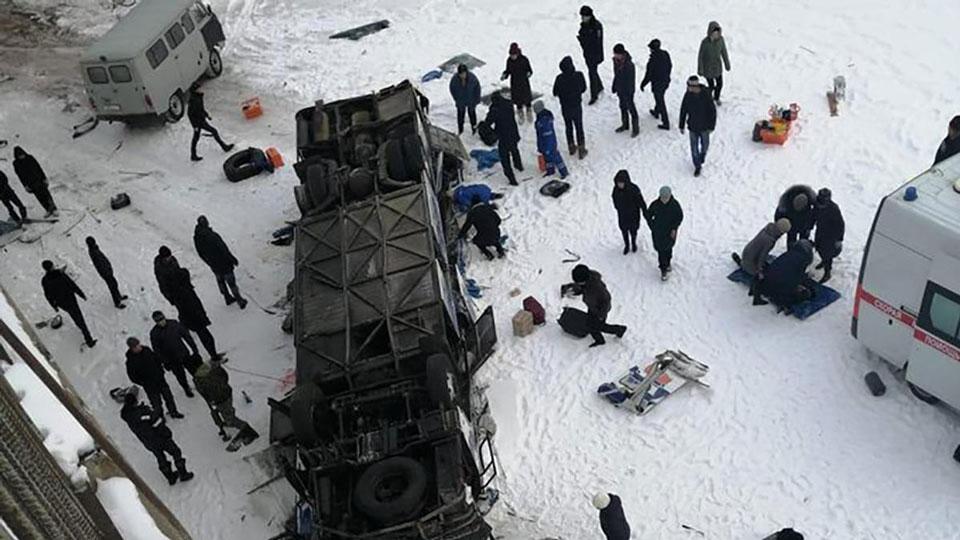 Rusiyada avtobus körpüdən çaya düşdü, 15 nəfər öldü