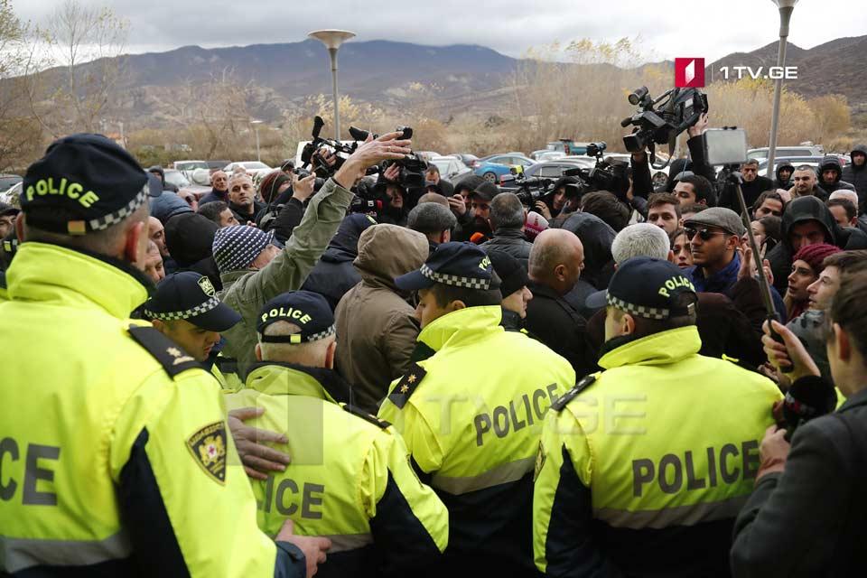 Դիմիտրի Խունդաձեի գրասենյակի մոտ տեղի ունեցող ցույցի ժամանակ իրավապահները տարածքից դուրս են բերել մի քանի մարդու