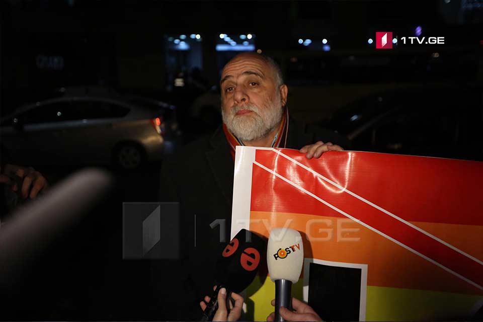 """""""Amirani"""" kinoteatrı qarşısında Quram Palavandişvili həmfikirliləri ilə birlikdə aksiya keçirir"""