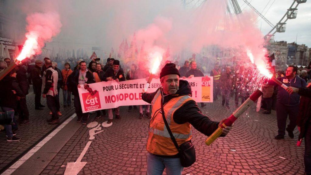 Fransada Emmanuel Makronun təhrik olunmuş islahatlara qarşı ümumxalq tətil başladı