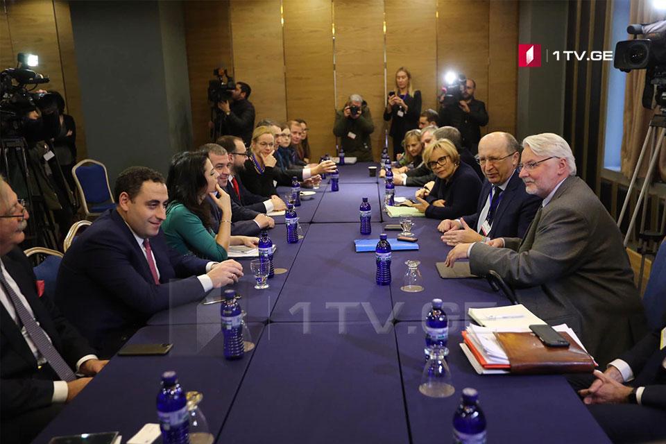 ოპოზიციური პარტიების ლიდერთა ნაწილი ევროპარლამენტარებთან შეხვედრას მართავს