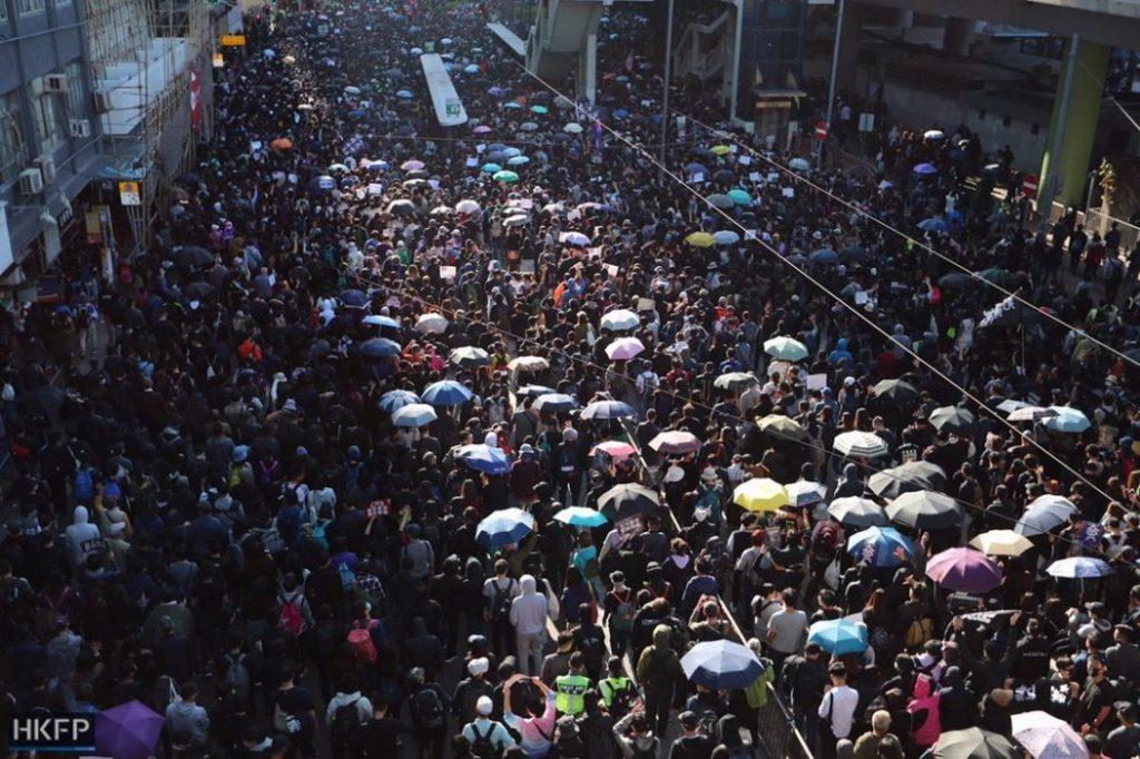 ჰონგ კონგში ადამიანის უფლებათა დაცვის დღეს მასშტაბური დემონსტრაციით აღნიშნავენ