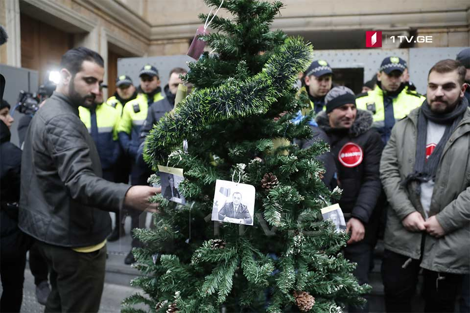 Лейбористы установили елку перед зданием парламента