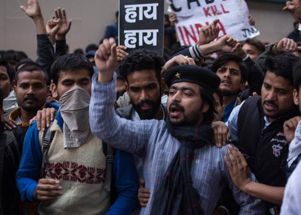 ინდოეთში საპროტესტო აქციაზე დემონსტრანტებმა 15 ავტობუსი და მატარებლის რამდენიმე ვაგონი დაწვეს