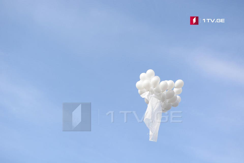 In support of Vazha Gaprindashvili, protesters released balloons and a white coat in the air