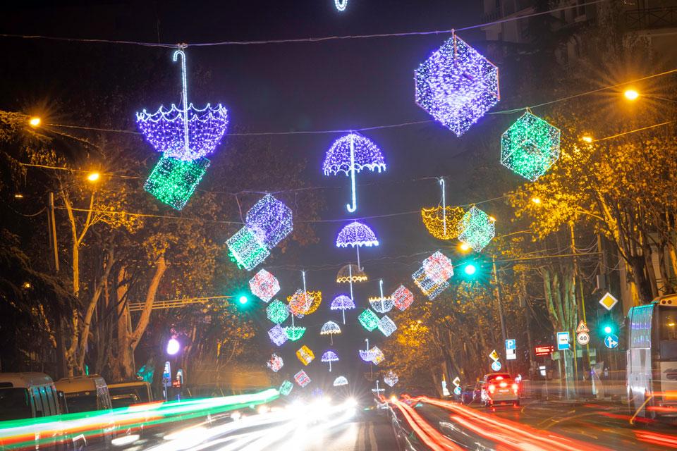 На улицах столицы зажгли новогоднее освещение