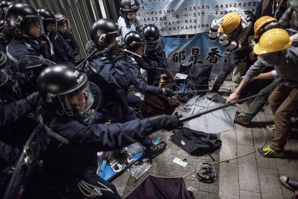 ჰონგ კონგში სამართალდამცველებმა აქცია ცრემლსადენი აირისა და წიწაკის სპრეის საშუალებით დაშალეს