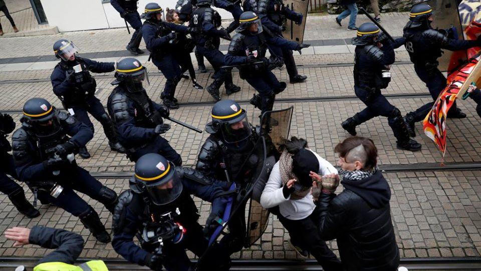"""საფრანგეთში ორი პოლიციელი გაასამართლეს, რომლებსაც """"ყვითელჟილეტიანების"""" აქციის დროს ძალის გადამეტება ედებათ ბრალად"""