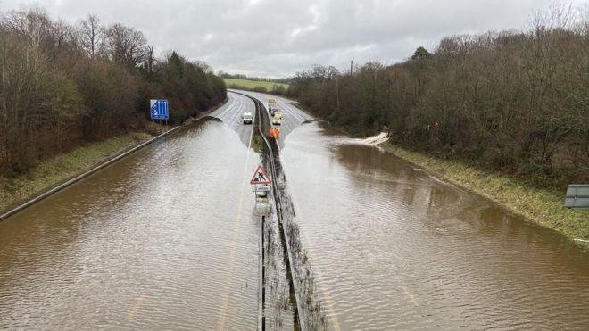 სამხრეთ-აღმოსავლეთ ინგლისში ძლიერმა წვიმამ პრობლემები შექმნა