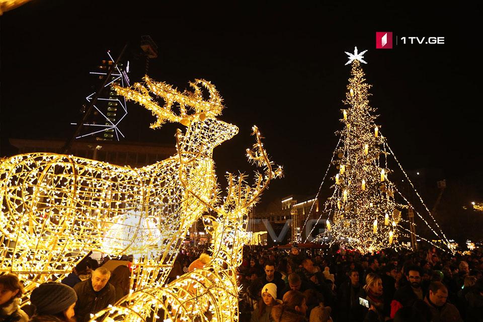 Առաջին Հանրապետության հրապարակում վառվել են մայրաքաղաքի գլխավոր տոնածառի լույսերը (ֆոտոշարք)