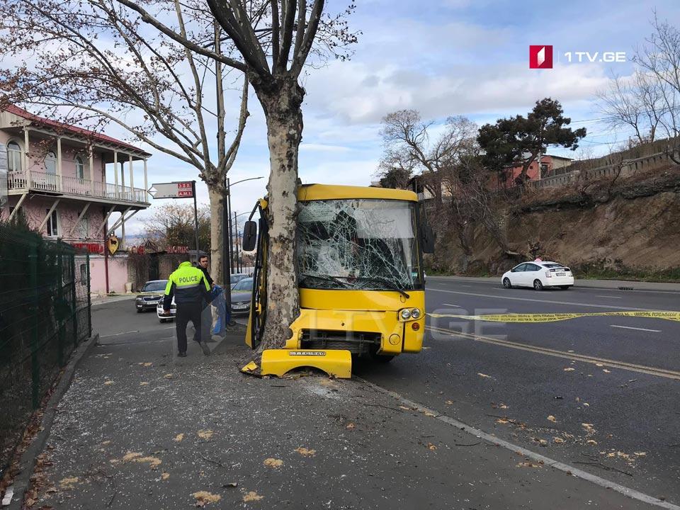ავლაბარში ყვითელი ავტობუსი ხეს შეეჯახა, დაიღუპა ერთი ადამიანი