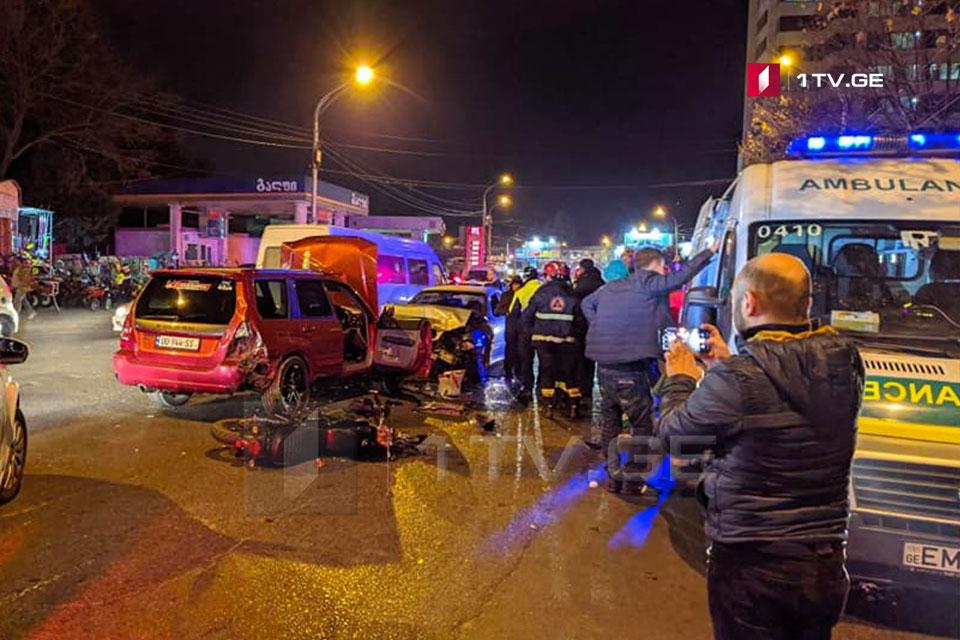 დიდუბის ავტოსადგურთან სამი ავტომობილი და მოტოციკლი დაეჯახა ერთმანეთს, დაშავდა ორი ადამიანი