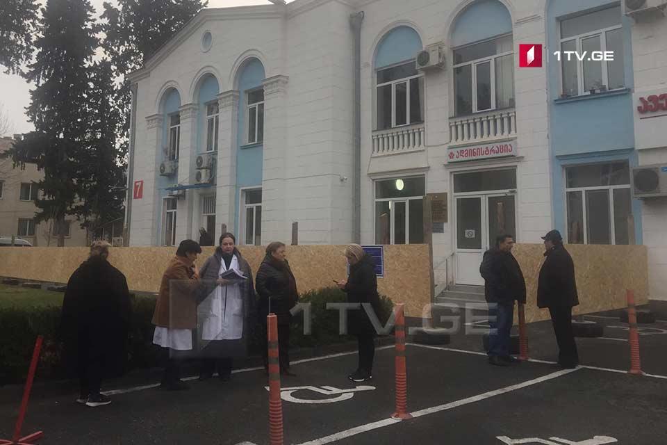 თბილისში, ინფექციური საავადმყოფოს ექიმები საპროტესტო აქციას მართავენ