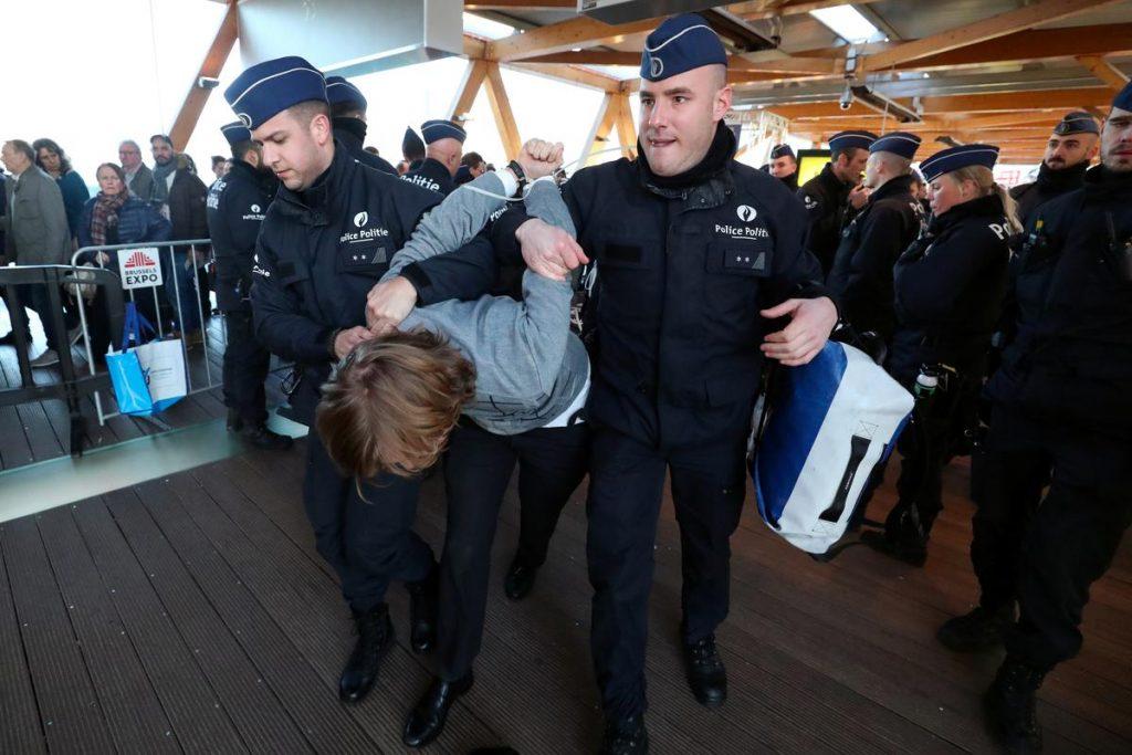 სამართალდამცველებმა ბრიუსელში, ავტოშოუზე 185 გარემოსდამცველი დააკავეს