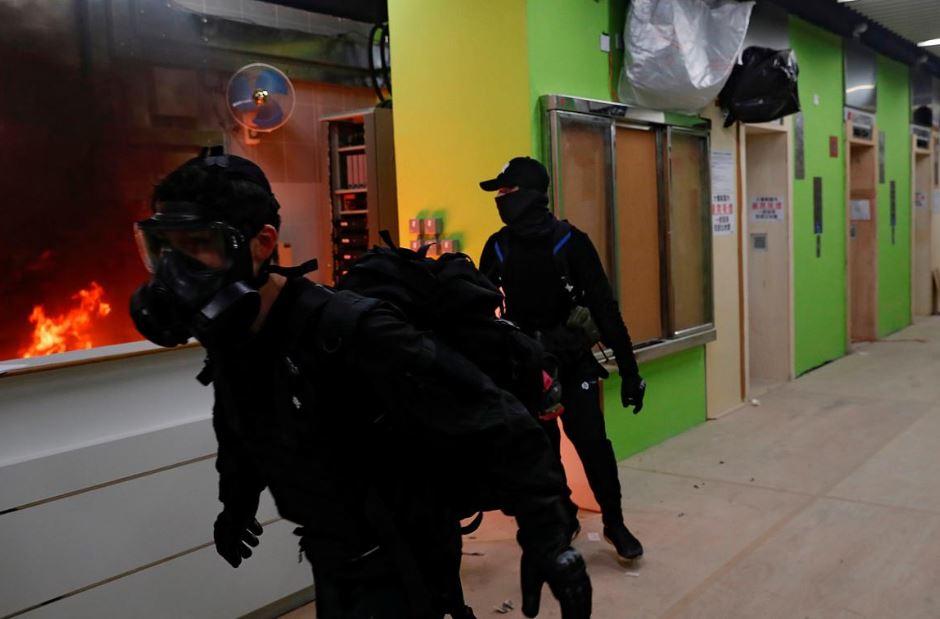 ჰონგ კონგში აქციის მონაწილეებმა ცეცხლი წაუკიდეს შენობას, რომელიც ხელისუფლებამ კორონავირუსის გავრცელების შემთხვევაში საკარანტინო დაწესებულებად უნდა გამოიყენოს