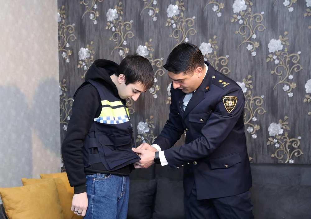 ვაჟა სირაძემ სკოლის მოსწავლეს საპატრულო პოლიციის ფორმა გადასცა