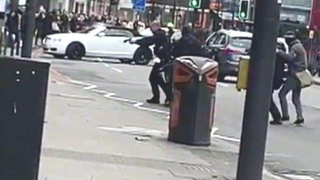 ლონდონის პოლიცია აცხადებს, რომ მამაკაცი, რომელმაც ქალაქის სამხრეთში ორი ადამიანი დაჭრა, ციხიდან ახალი გათავისუფლებული იყო
