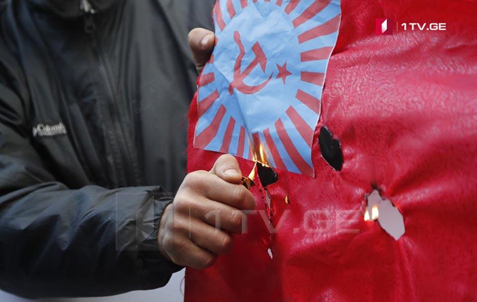 ლაშა ჩხარტიშვილმა პარლამენტთან დროშა დაწვა [ფოტო]